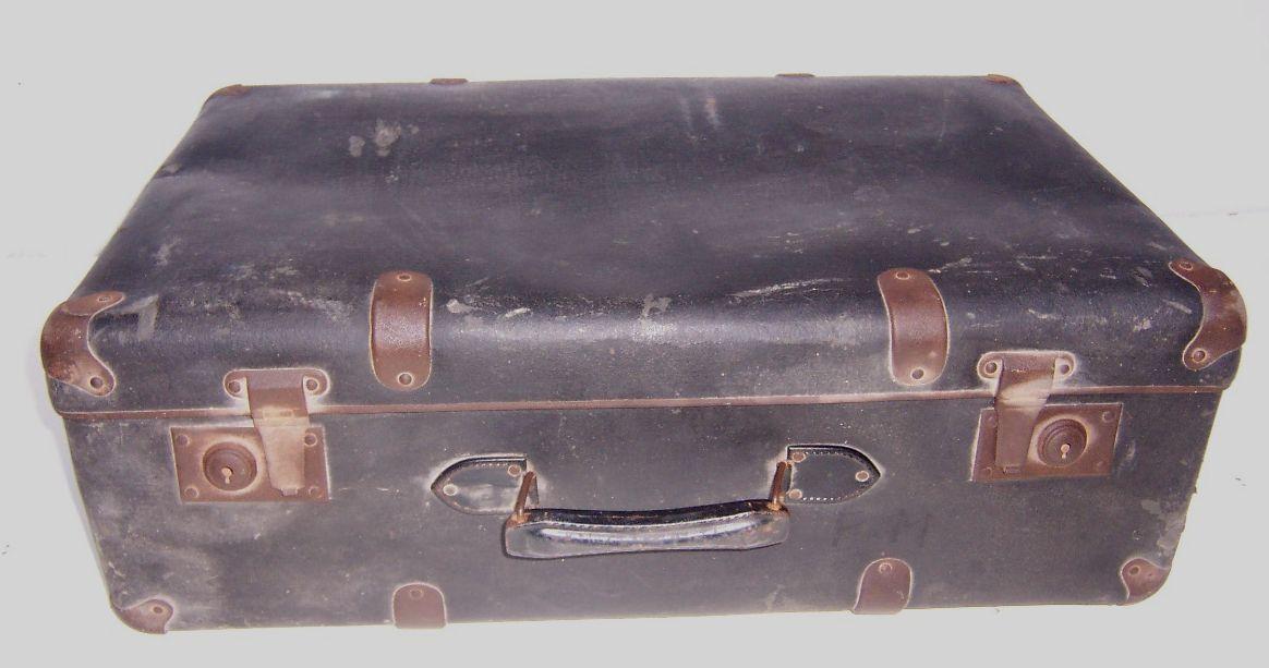 Картон, черный, большой, старинный чемодан