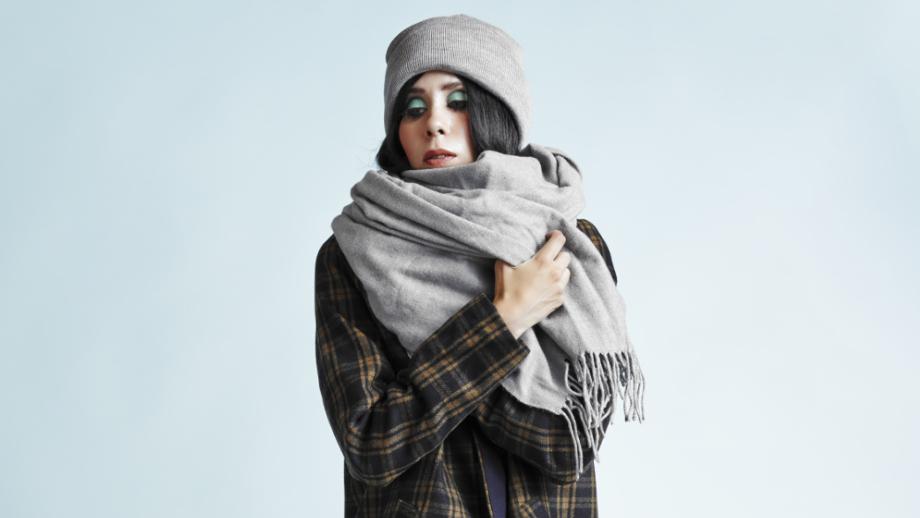 Szalik niczym koc - jak nosić grube i długie szaliki jesienią i zimą?