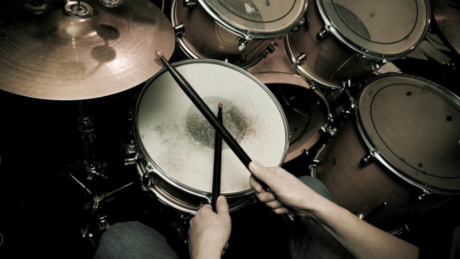 Kompletujemy swój pierwszy zestaw perkusyjny – bębny, talerze i statywy
