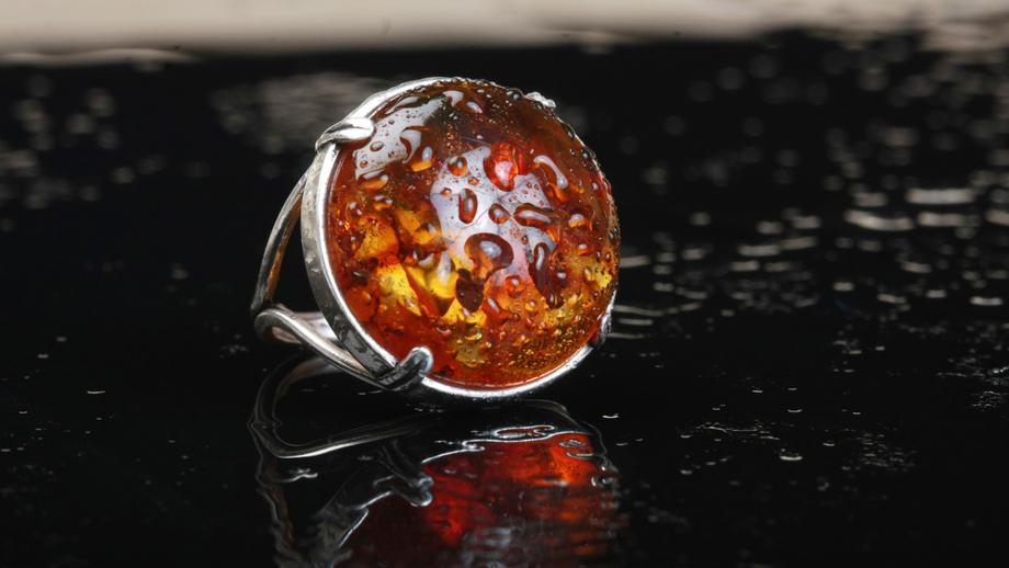 Wspomnienie znad morza – srebrne pierścionki z bursztynem