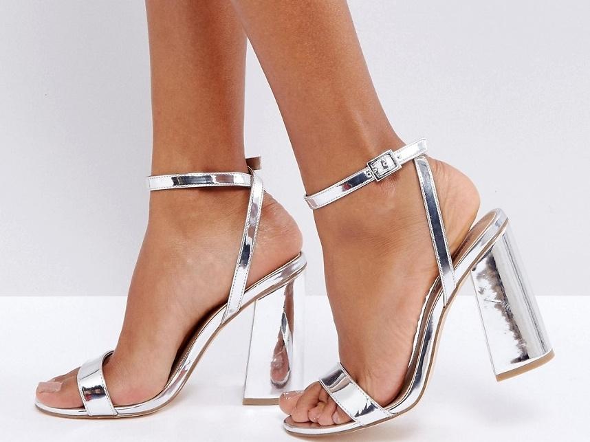 Sandały na metalicznym słupku