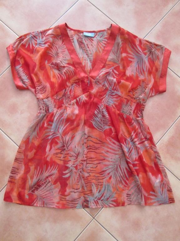 czerwona bluza w srebrne liscie