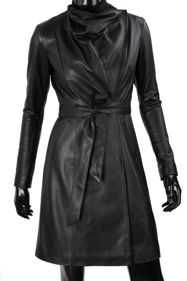 23f8732947c5b Model EST450 firmy DORJAN to niezwykły płaszcz skórzany łączący klasyczną  elegancję z nowatorskim podejściem do kwestii stylu i funkcjonalności.