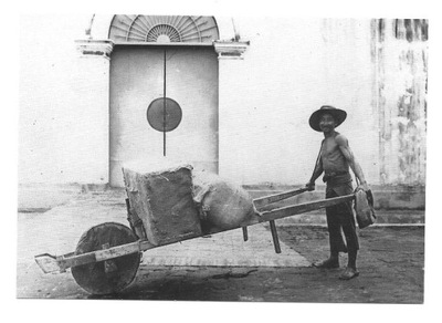 П / я. - Китайский носильщик с тачкой / Индонезия 1910